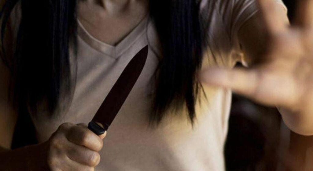 Abusando sexualmente de una mujer