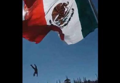 Soldado cae de varios metros tras enredarse en la bandera