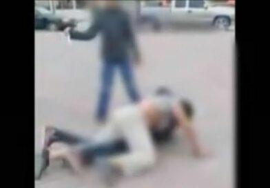 Niño amenaza con un cuchillo a otros menores durante una riña en Nuevo León