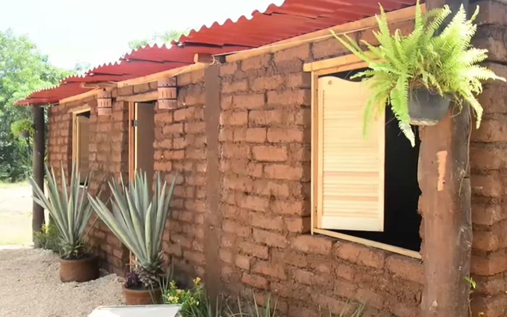 7a8b844b Construyen casas con el sargazo que invade las playas de Quintana Roo -