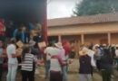 Vecinos de Ixtlahuaca, Edomex, evitan rapiña de mercancía de un tráiler volcado