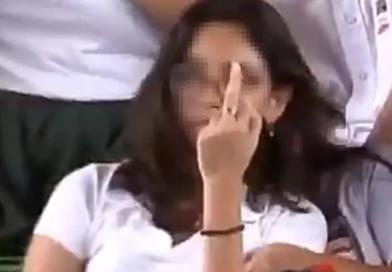 No habrá sanción para estudiante que hizo seña obscena en evento de AMLO