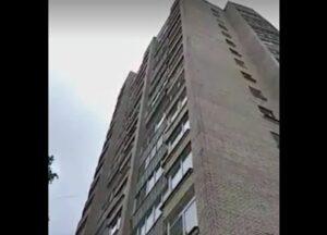 Mujer muere tras caer de un balcón donde estaba teniendo sexo