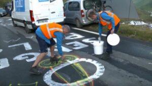 Organizadores del Tour de Francia borran penes que aparecen pintados sobre el asfalto