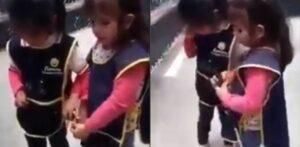 Niña invidente enseña a su amiga a usar su bastón guía
