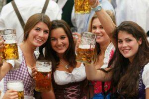 Mujeres que toman cerveza regularmente son más fieles, revela estudio