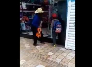 Empleado moja a un abuelito y a su nieto para correrlos de una tienda en Puebla
