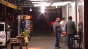 Sujetos asaltan a clientes de taquería en Venustiano Carranza, CDMX