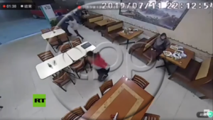 Hombre abandona a una mujer mientras asaltaban el local donde cenaban