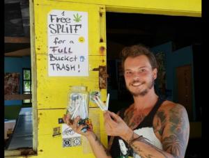 Joven regala cigarros de marihuana a turistas que recogen basura en playas de Jamaica
