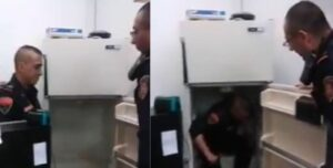 Policías obligan a un compañero a meterse a un refrigerador