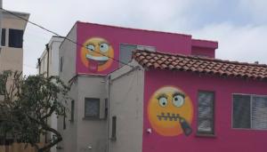 Mujer pinta su casa con emoticones gigantes y desata el enojo de sus vecinos