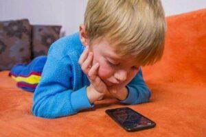 Darle un celular a tu hijo provoca adicción como las drogas: expertos