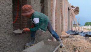 Niño que trabajó como albañil en vacaciones recibe apoyo para comprar útiles escolares