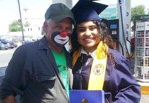 Joven graduada visita a su padre en su lugar de trabajo para regalarle su diploma