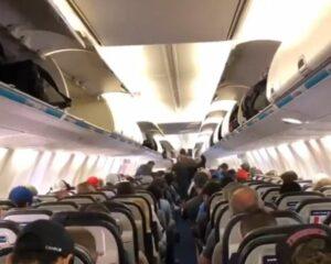 Un video muestra la forma correcta para descender de un avión