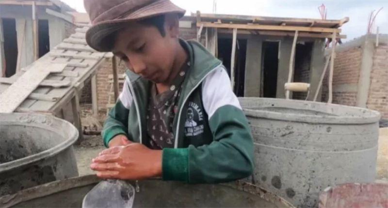 Universidad ofrece beca a niño que trabaja en vacaciones de albañil en Chiapas