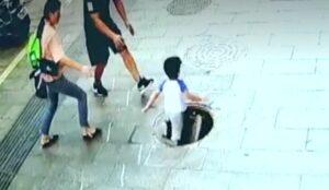 Un niño cae a una alcantarilla al pisar una tapadera rota