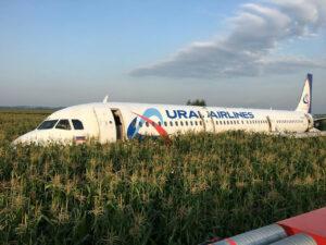 Avión ruso aterriza de emergencia tras impactarse con dos aves