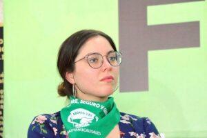 La activista Estefanía Veloz denuncia ataque de analista político por hablar de feminismo
