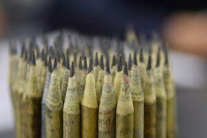 Empresa mexicana vende lápices de colores hechos con periódicos reciclados
