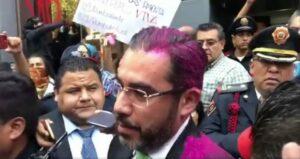 Feministas protestan frente a la SSC y arrojan diamantina rosa a su titular, Jesús Orta