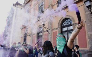 Miles de mujeres protestan para exigir castigo a policías violadores