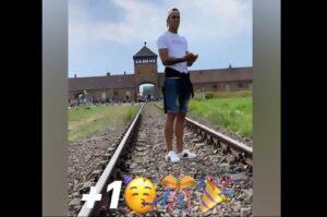 Futbolista se disculpa por foto en Auschwitz que usó para celebrar su cumpleaños