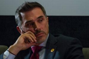 Eduardo España critica a Sergio Mayer por chatear en eventos culturales
