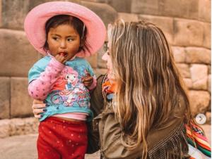 """Usuarios llaman """"whitexican"""" a Sofía Castro por publicar fotografías con indígenas"""