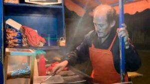 Mientras colgaban cuerpos en puente de Uruapan, Isidro preparaba hamburguesas