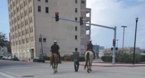 Policías de Texas reciben críticas por llevar atado a un afroamericano