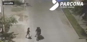 Ladrones detienen asalto tras reconocer a una de sus víctimas y la saludan