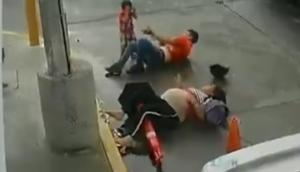 Una familia a bordo de una moto sufre accidente tras chocar contra un auto