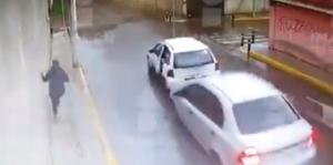 Un automovilista se percata del asalto a un Oxxo y enfrenta a los ladrones