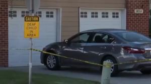 Niña muere al interior de un auto; su madre se olvidó de ella por irse a dormir