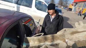 Hombre llena el auto de su pareja con concreto al enterarse de que le fue infiel