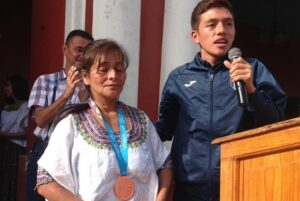 Medallista guatemalteco obsequia su presea a su madre por criarlo sola