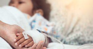 Niña recibe por error un vaso con detergente en un restaurante y termina en el hospital