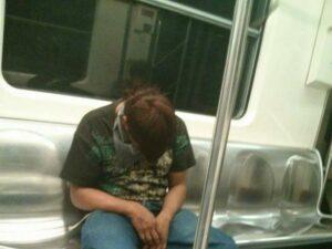 Usuarios que se duerman en el Metro pagarán multa por falta cívica