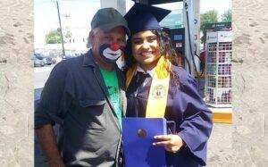 Una joven lleva su diploma al trabajo de su padre que no pudo asistir a su graduación