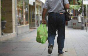 Algunos hombres creen que usar bolsas reciclables afecta su masculinidad, según estudio