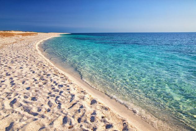 Turistas podrían ir a prisión por robar arena de una playa