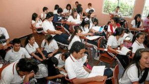 "Padres de familia se quejan por cuotas ""voluntarias"" para inscribir a estudiantes"