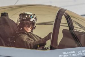 Una mujer de 29 años se convierte en la primera en comandar un avión F-35