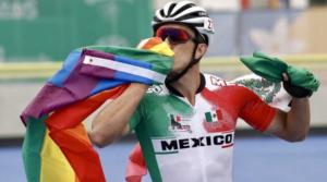 Patinador mexicano ondea la bandera LGBT+ tras triunfo en los Panamericanos Lima 2019
