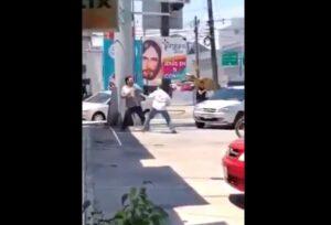 Dos hombres se pelean tras accidente vial en Nuevo León