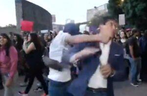 Reportero de ADN 40 es agredido por un sujeto durante las protestas contra la violencia de género