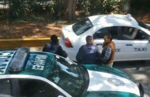 Graba a policías de la CDMX persignándose tras recibir soborno