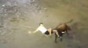 Un joven es golpeado por un toro durante festival en España